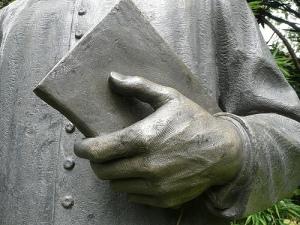Libro bajo el brazo