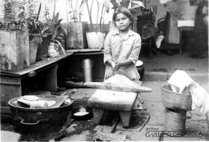 Niña haciendo tortillas